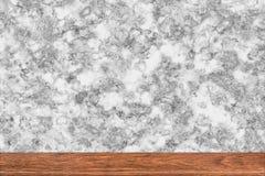 在大理石背景的抽象自然木桌纹理 库存图片