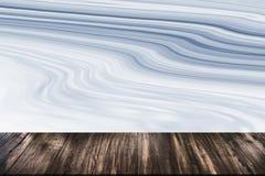 在大理石背景的抽象自然木桌纹理 库存照片