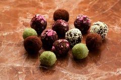 在大理石背景的未加工的自创糖果块菌 免版税库存图片