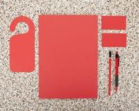 在大理石背景的空白的文具 包括名片、A4信头、笔和铅笔 免版税库存照片