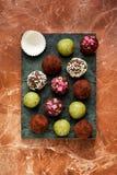 在大理石背景的自创糖果块菌 免版税库存图片