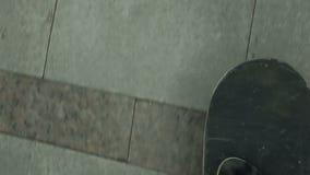 在大理石路面的溜冰板者乘驾 股票视频