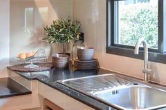 在大理石worktop和架子的陶瓷厨具 免版税库存照片