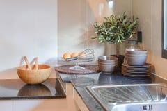 在大理石worktop的陶瓷厨具 免版税库存图片