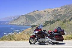 在大瑟尔海岸线,太平洋的摩托车 库存图片