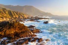 在大瑟尔海岸, Garapata国家公园的剧烈的日落,在蒙特里附近,加利福尼亚,美国 免版税库存照片