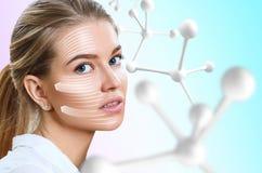 在大白色分子链子附近的美女 图库摄影