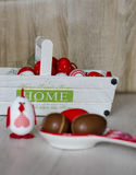 在大白色篮子的复活节彩蛋 库存照片
