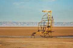 在大盐湖Chott El Jerid的一把滑稽的金属椅子 库存图片
