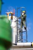 在大石油化学的炼油厂里面的油和煤气工作者 免版税库存照片