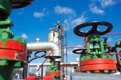 在大石油化学的炼油厂里面的油和煤气工作者 图库摄影