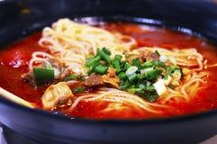 在大碗的健康中国蕃茄牛肉汤面 库存图片