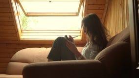 在大窗口下的美丽的深色的女孩图画 配置文件视图 4K录影 股票视频