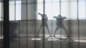 在大窗口前面的双人街道跳舞在被放弃的大厦 同时采取舞蹈行动的少年 股票录像