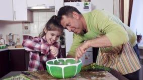 在大绿色塑料碗的人和女孩混合快速的液体 股票视频