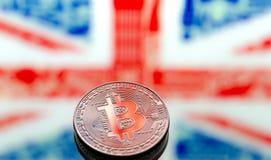在大英国和英国背景的硬币Bitcoin,  免版税库存图片