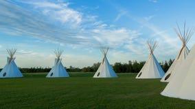在大草原的美国本地人圆锥形帐蓬日落的 免版税库存图片
