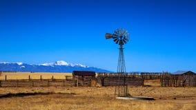 在大草原的老风车 免版税库存图片