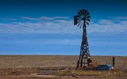 在大草原的风车 免版税库存图片