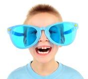 在大蓝色玻璃的孩子 免版税库存图片