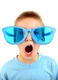 在大蓝色玻璃的孩子 免版税库存照片