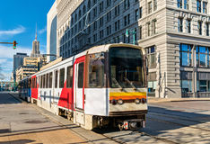 在大街上的地铁路轨在水牛城,纽约 图库摄影