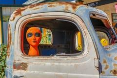 在大街上的橙色外籍人在卡车,历史的路线的66,亚利桑那,美国, 2016年7月22日塞利格曼 免版税库存图片