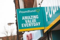 在大街上的Poundland标志-斯肯索普,林肯郡,联合国 库存图片