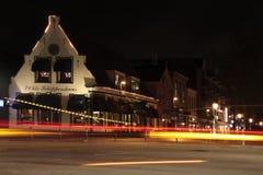 在大街和Schutstraat的交叉点的夜场面在霍赫芬 免版税库存图片