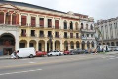在大街哈瓦那的大大厦 免版税库存图片