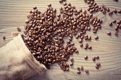 在大袋外面的咖啡豆溢出 库存图片