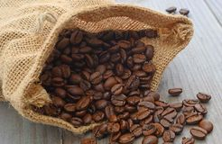 在大袋的咖啡豆 免版税库存照片