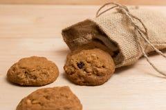 在大袋的曲奇饼在木头 免版税库存图片