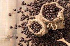 在大袋的烤咖啡豆有木瓢的 库存图片
