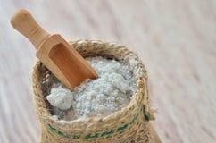 在大袋的盐水晶 免版税库存照片