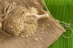 在大袋的糙米在香蕉叶子 图库摄影