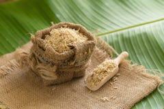 在大袋的糙米在香蕉叶子 库存照片