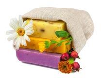 在大袋的肥皂与花和浆果 免版税库存照片