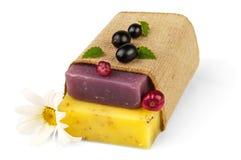 在大袋的肥皂有春黄菊和浆果的 免版税库存照片