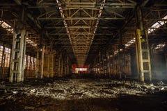 在大被放弃的工业大厅的夜有垃圾的 沃罗涅日挖掘机制造业工厂 库存图片