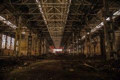 在大被放弃的工业大厅的夜有垃圾的 沃罗涅日挖掘机制造业工厂 库存照片