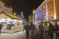 在大装饰的购物中心钯前面的圣诞节市场在共和国正方形的布拉格, 2017年 免版税库存照片