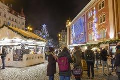 在大装饰的购物中心钯前面的圣诞节市场在共和国正方形的布拉格, 2017年 库存照片