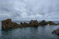 在大西洋上的岩层 免版税库存图片