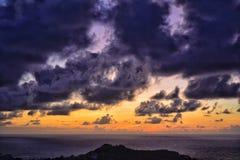 在大西洋上的美好的紫罗兰色日出 库存照片