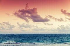 在大西洋海岸的五颜六色的天空在日落 免版税库存照片