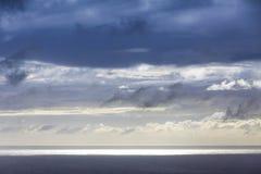在大西洋海岸的剧烈的天空在圣地米格尔海岛,亚速尔,葡萄牙附近 图库摄影