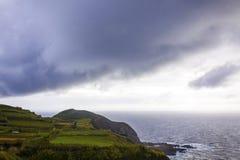 在大西洋海岸的剧烈的天空在圣地米格尔海岛,亚速尔,葡萄牙附近 库存照片
