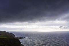 在大西洋海岸的剧烈的天空在圣地米格尔海岛,亚速尔,葡萄牙附近 库存图片