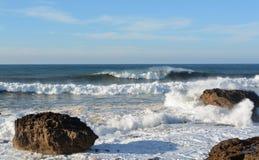 在大西洋海岸的波浪在索维拉附近 免版税库存照片